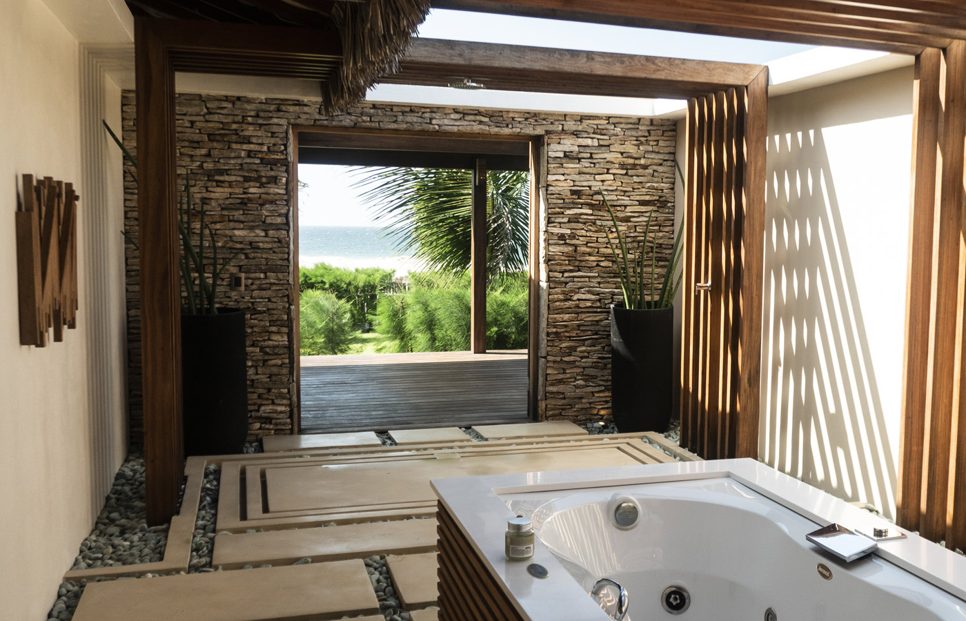 Jacuzzi at Hotel Casana with a view, luxury hotel in Prea Brazil